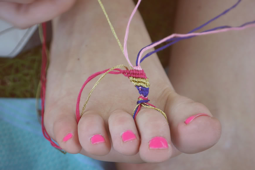 friendship bracelets DIY fun friend feet toes
