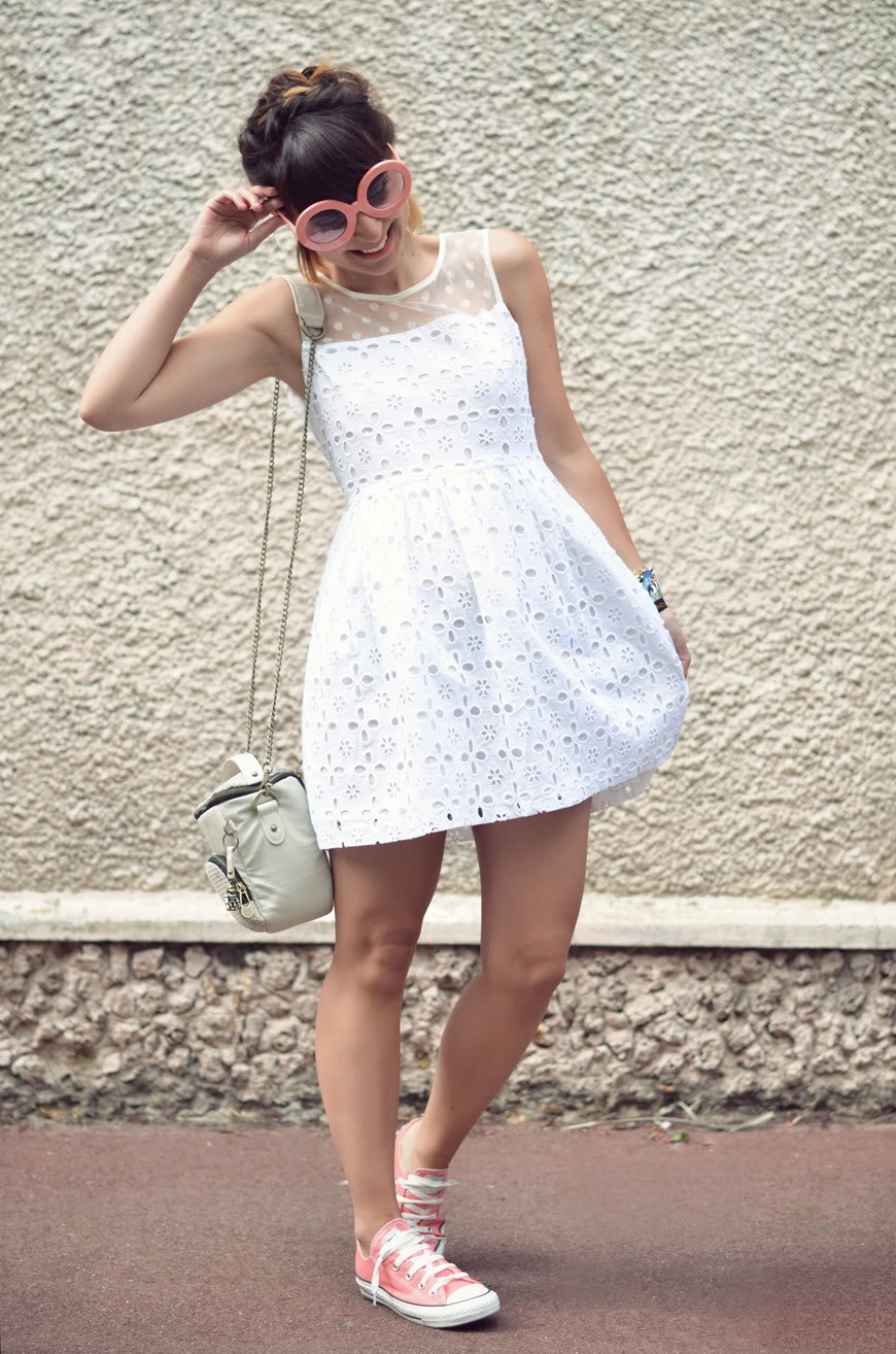 robe blanche avec converse rouge L'excale