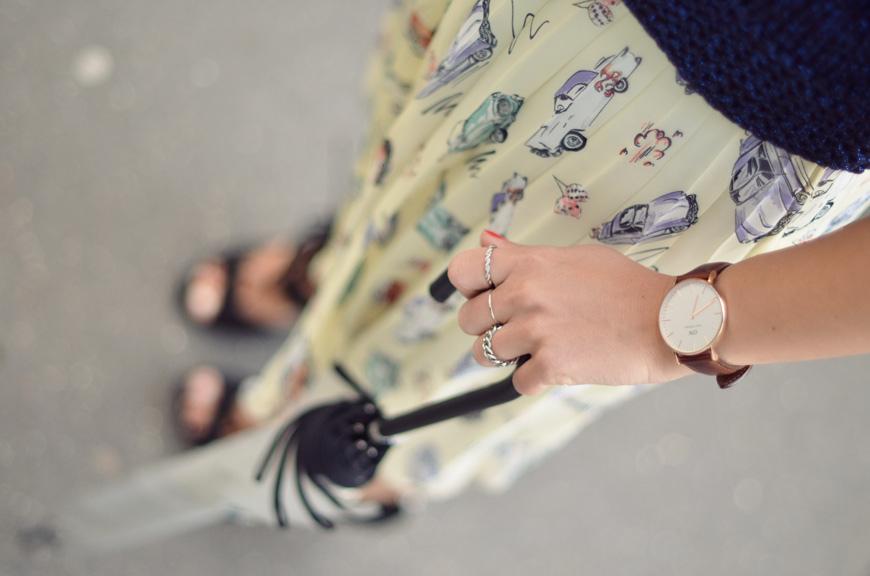 Va Va Voom Helloitsvalentine blogger french streetstyle Primark skirt cars heels umbrella Zara