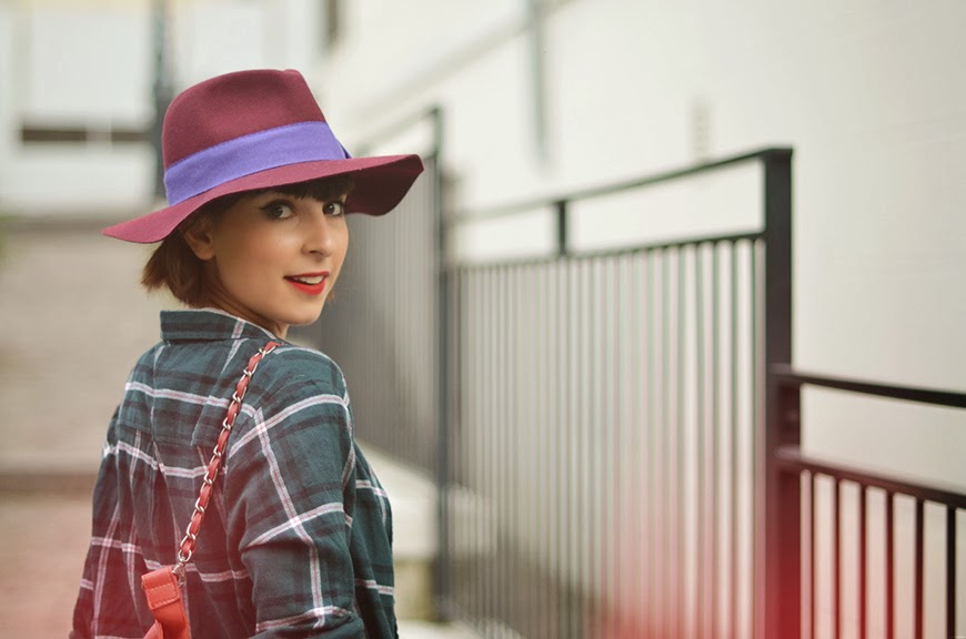 Jag älskar mina skor streetstyle Swedish Hasbeens Sabots Peep toe Super High Burgundy Tartan fetl fedora hat